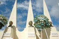 Entregan Ofrenda floral ante monumento a las hermanas Mirabal.25/11/2009/Hoy/Wilson Aracena.